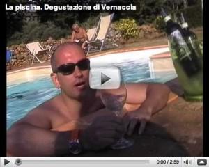 Andrea Gori sorseggia Vernaccia Mattia Barzaghi a bordo piscina