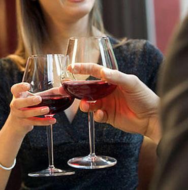 Qual è la giusta impugnatura del bicchiere di vino?