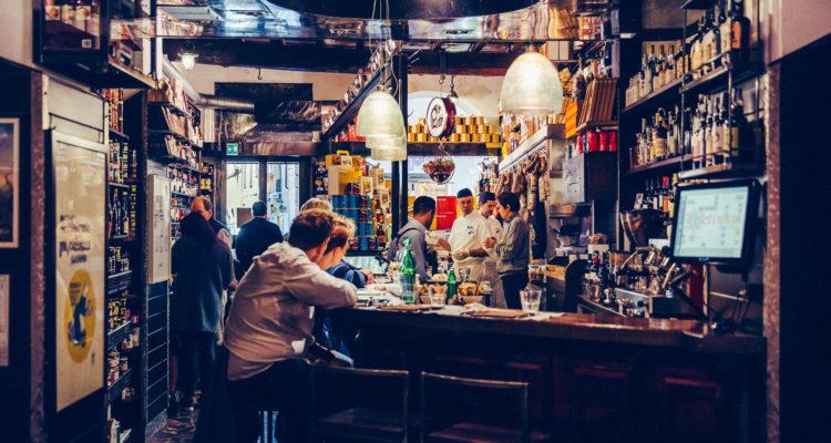 Discutendo coi Roscioli. Il bancone della Salumeria con cucina più famosa del mondo