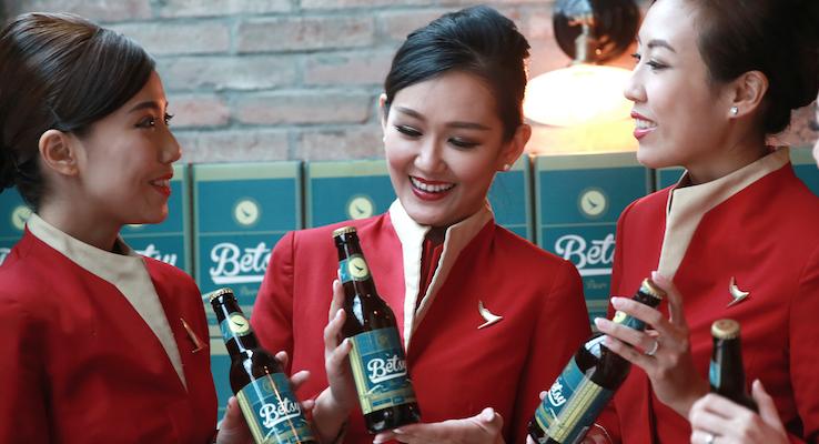 Betsy Beer | Qualcuno ha inventato la birra buona anche a 10.000 metri di altezza ed è la compagnia aerea Cathay Pacific