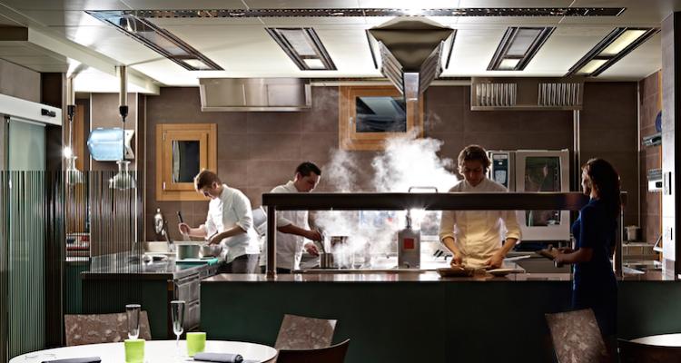 L'Aqua Crua è un ristorante con la cucina bene in vista