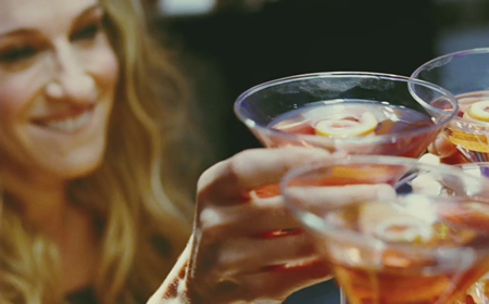 Carrie Bradshaw beve il suo Cosmopolitan