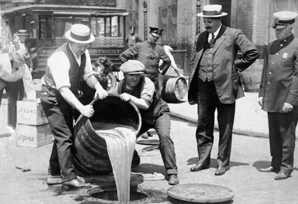 Cent'anni fa cominciava il Nobile Esperimento: il Proibizionismo alcolico negli Stati Uniti